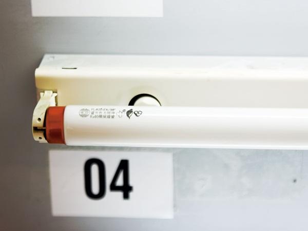 換日光燈管看似簡單,還是很多人都不會,甚至有時日光燈故障,一閃一閃的,其實只要將日光燈點燈器換掉就好,不需換燈管,但是有些人連點燈器是什麼都不知道!安裝吸頂燈也相當簡便,只要按照步驟執行,幾乎人人都可以完成。裝吸頂燈時,將燈座鎖上天花板之前,一定要記得將裸露的電線用絕緣膠帶完整包好,並將多餘長度的電線收好塞入天花板的安裝洞裡面。