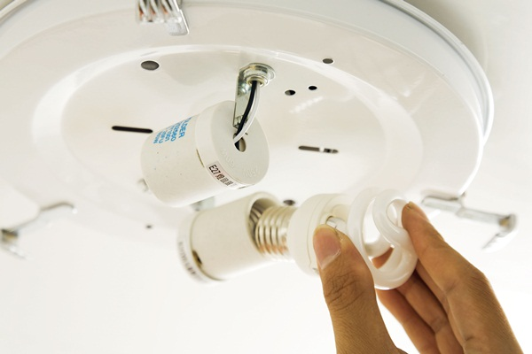 自己換燈管裝電燈