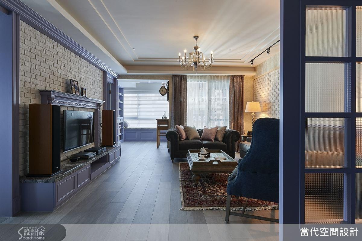 客廳天花懸吊燈飾,並加強木作線板線條感,再將木質建材染色,同時運用白色文化石鋪陳牆面等,營造出浪漫鄉村風格。