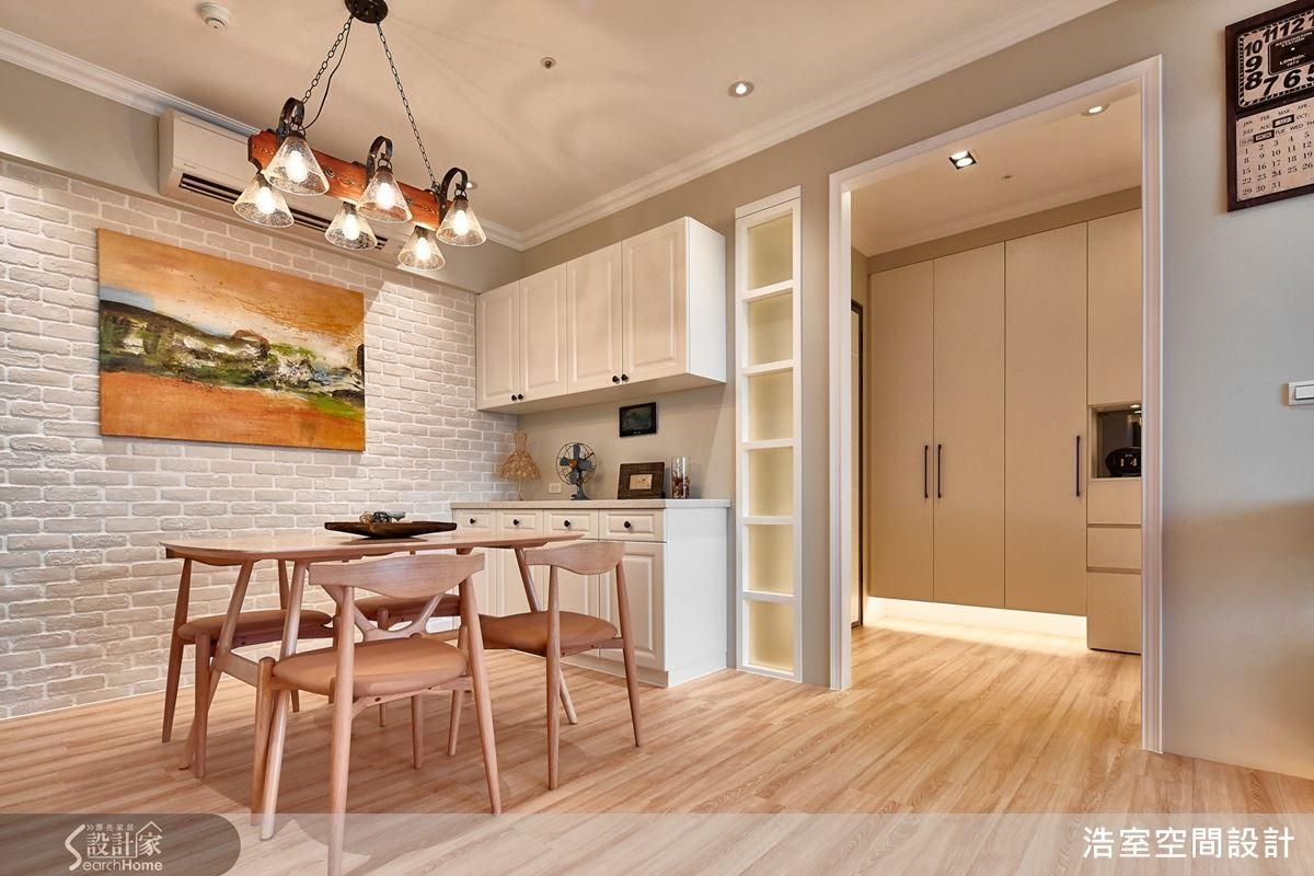 玄關與餐廳之間增設一道牆面,搭配方格玻璃保留視覺穿透感,創造完整的動線與空間層次。