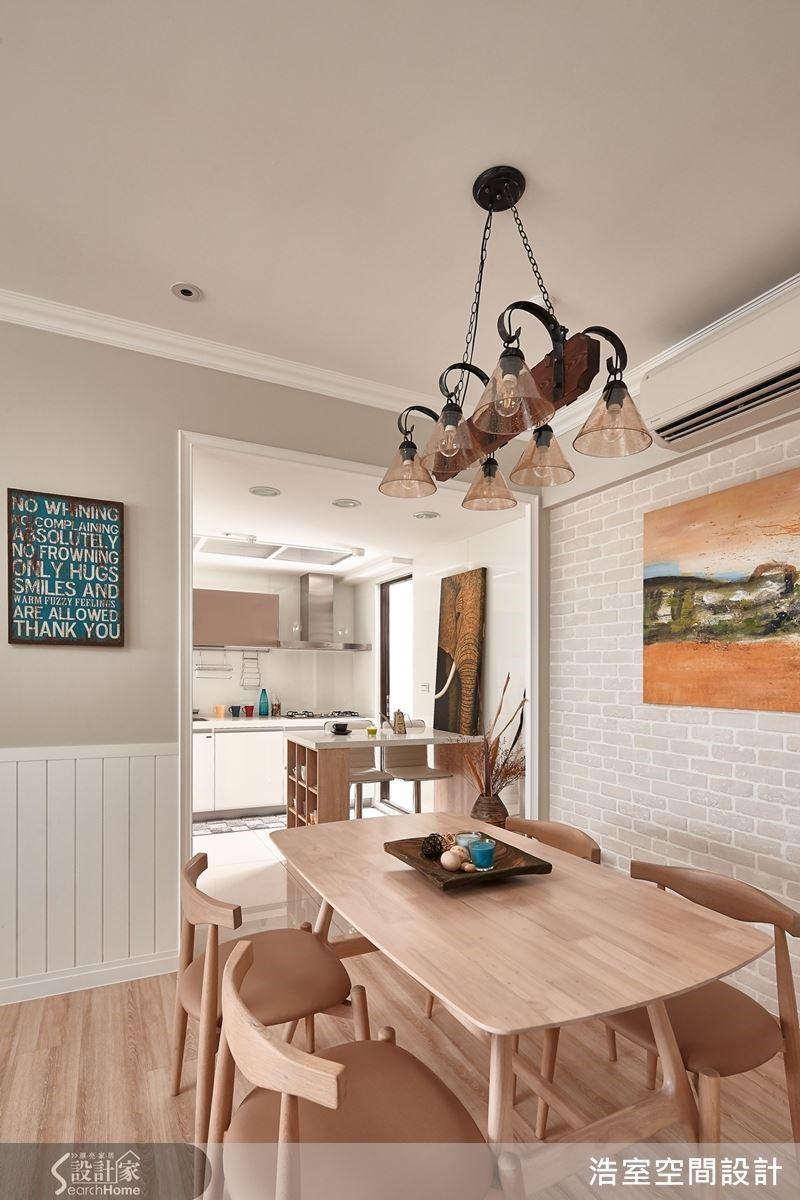 餐廳與廚房之間加入一道吧檯,創造靈活自由的使用機能。