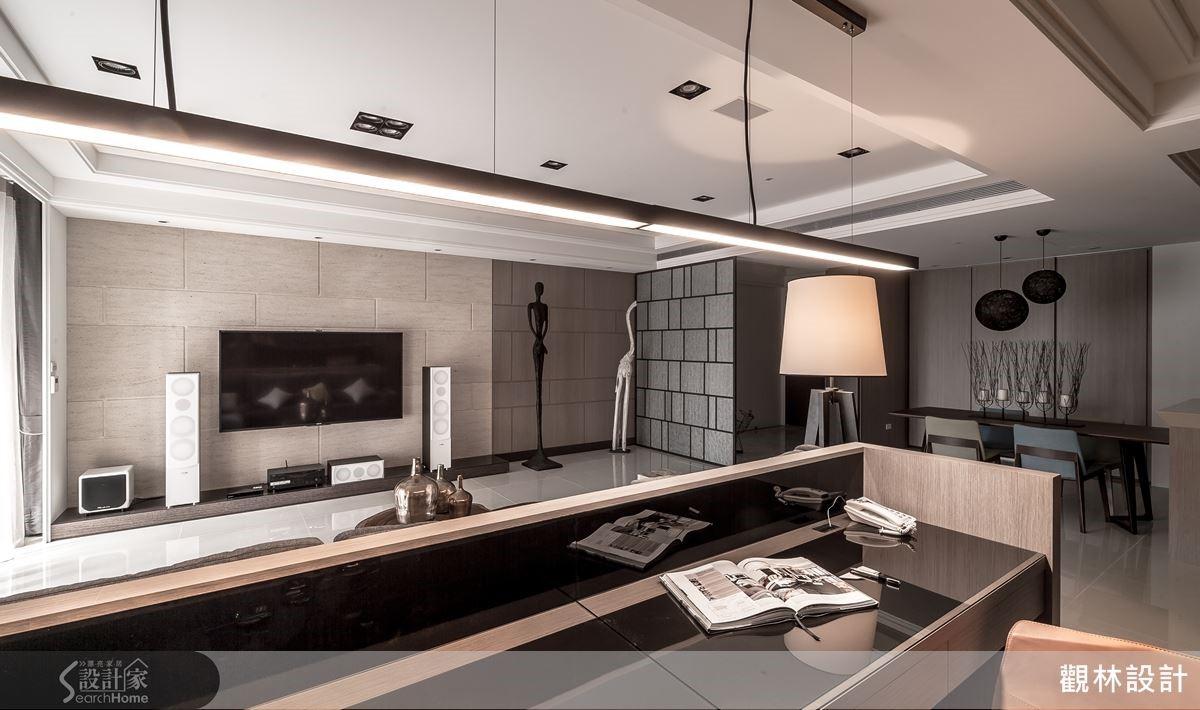 自然質樸的洞石電視牆,以線性切割現代語彙,傳遞雍容大度的居家氛圍,同時蘊含東方砌磚手法的精神。 用現代手法,表現內斂東方元素 以現代風為主軸設計的空間,在色彩搭配上,則採用白、米等柔和溫馨的色調。客廳電視牆的米色洞石,以線性切割手法,突顯現代感,且與玄關隔屏不規則的排列方式相呼應。兩種線性切割手法,皆蘊含傳統中式建築斗仔砌的紅磚堆疊意象,卻更時尚具現代感。 為滿足收納、展示需求,設計師巧妙在客廳一隅嵌入圓形多格架,作為屋主展示名壺的空間,將中式多寶格的圓融造型與層架排列方式,以現代手法重新演繹,讓東西