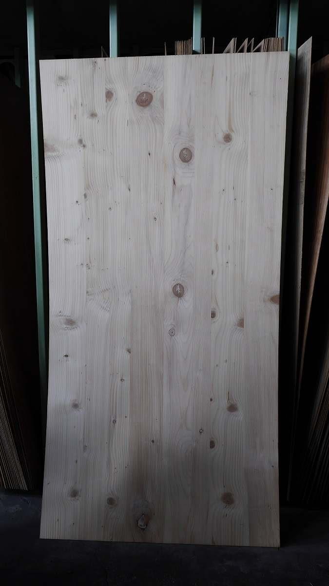 雲杉擁有渾然天成的紋理和樹枝生長的節點,但價格較貴,也有耗材問題。