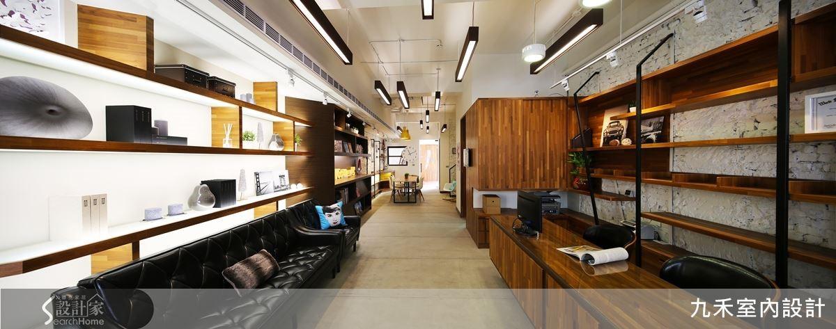 一樓毫無任何的實體牆面隔間,以家具定位出不同功能的區域,沙發、木桌、書架、書櫃,開放整體空間,寬敞而通透。