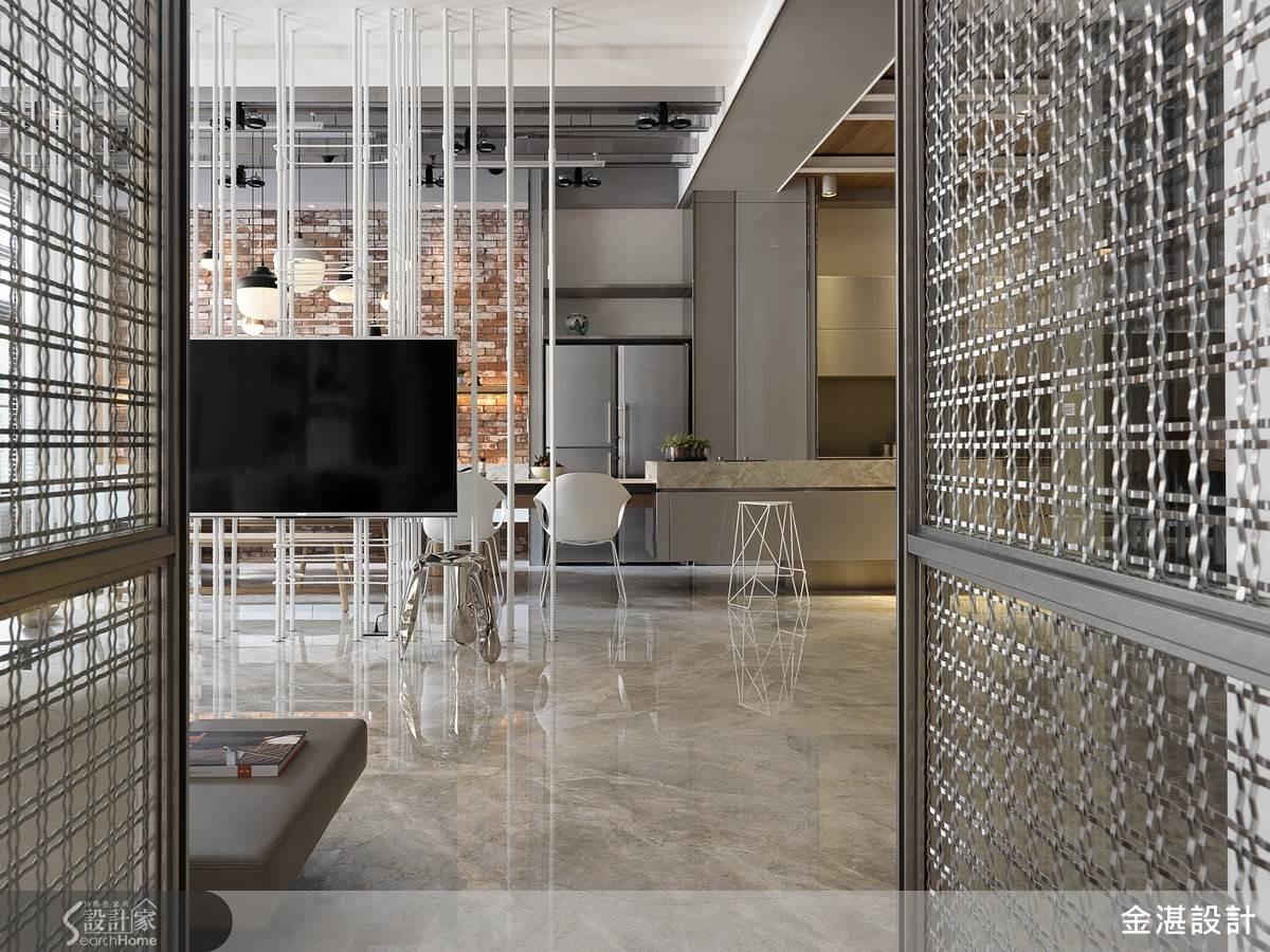 型塑古早時代土厝的質樸實在,設計師保留了竹節鋼筋的原始粗獷線條,作為電視支撐格柵,粗細錯落的落地支架帶出現代風格的簡潔俐落,同時也保留建材的原始型態,讓客廳與餐廳的串聯更為通透。