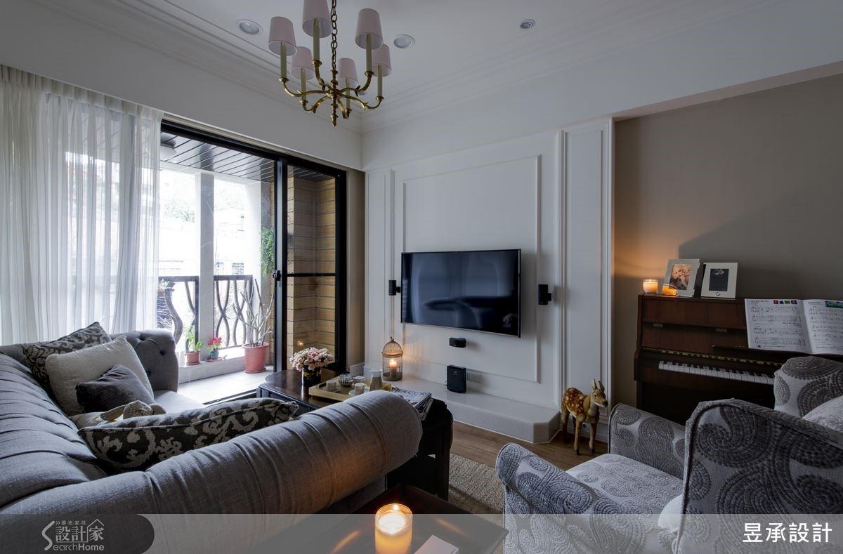 电视墙采简单线板设计,搭配藤色钢琴区背墙设计,凸显美式风格气质