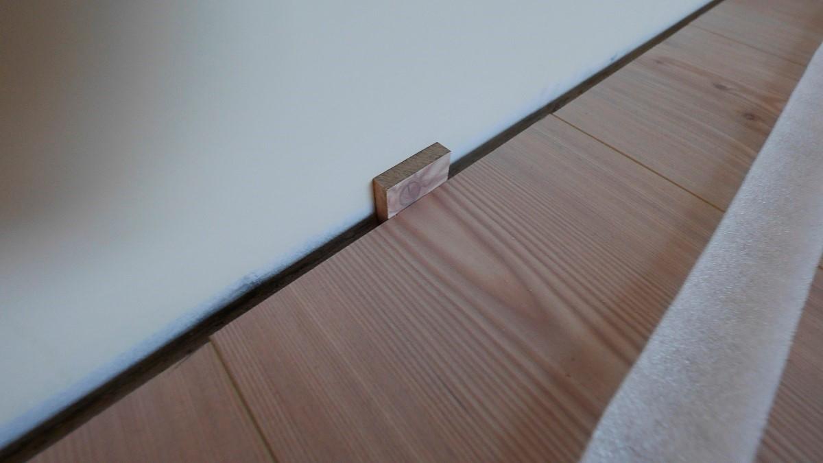 施工:底层先铺上防潮布,钉上夹板后,再铺上木地板.