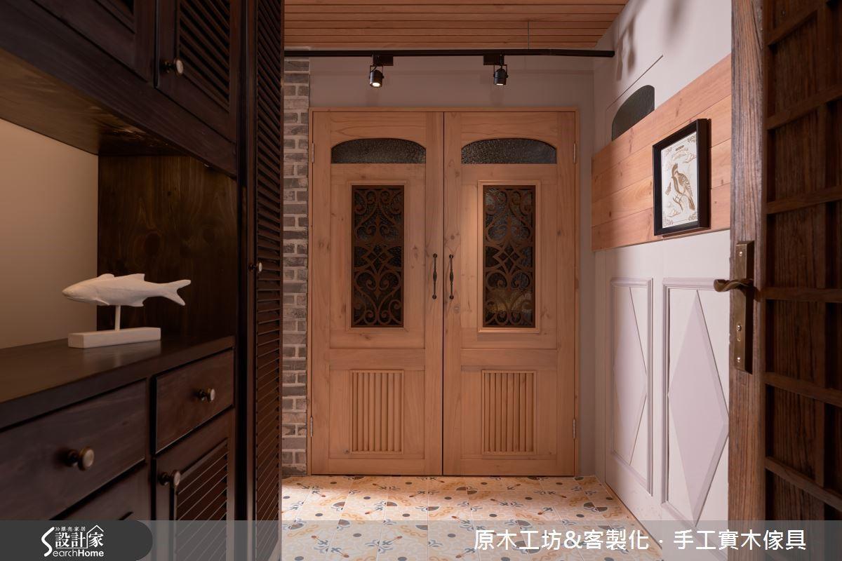入門玄關處,有氣勢的一對開門樣設計,其實是設計師運用格局的畸零空間所設置的儲藏室,讓屋主可以置放行李箱、吸塵器等較為大型的物品。