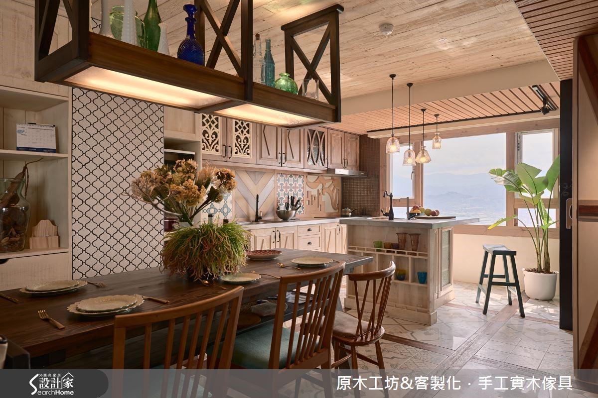 明亮開放的餐廚空間,特殊訂製的吊櫃,將燈箱與收納的概念相結合,無論是照明還是收納展示皆可,可運用與趣味性兼具。