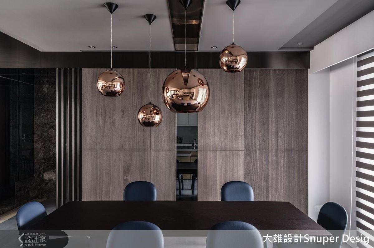 木皮與灰鏡交織,比例精準切分,讓牆面時尚而不顯沉重,錯落懸掛 Tom Dixon 黃銅燈具,質感雅緻。