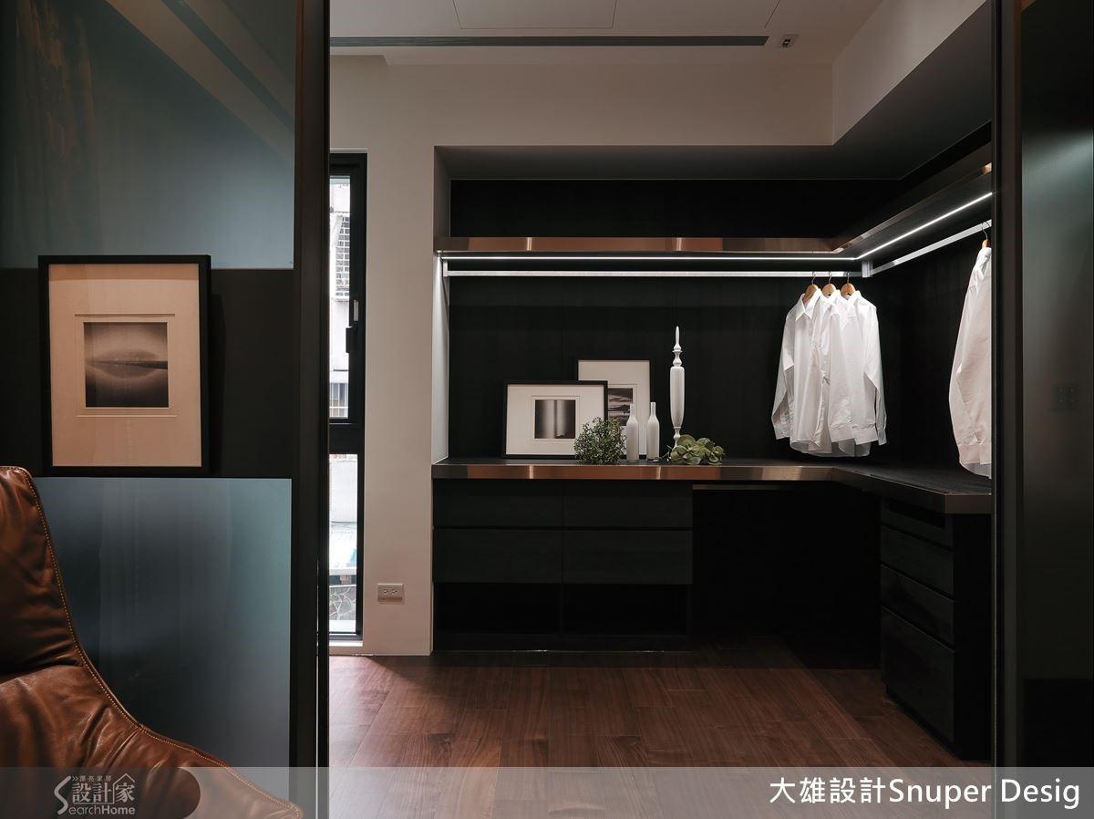 在更衣室的吊衣桿上結合間接光源和金屬鐵件,營造精品時尚感受。