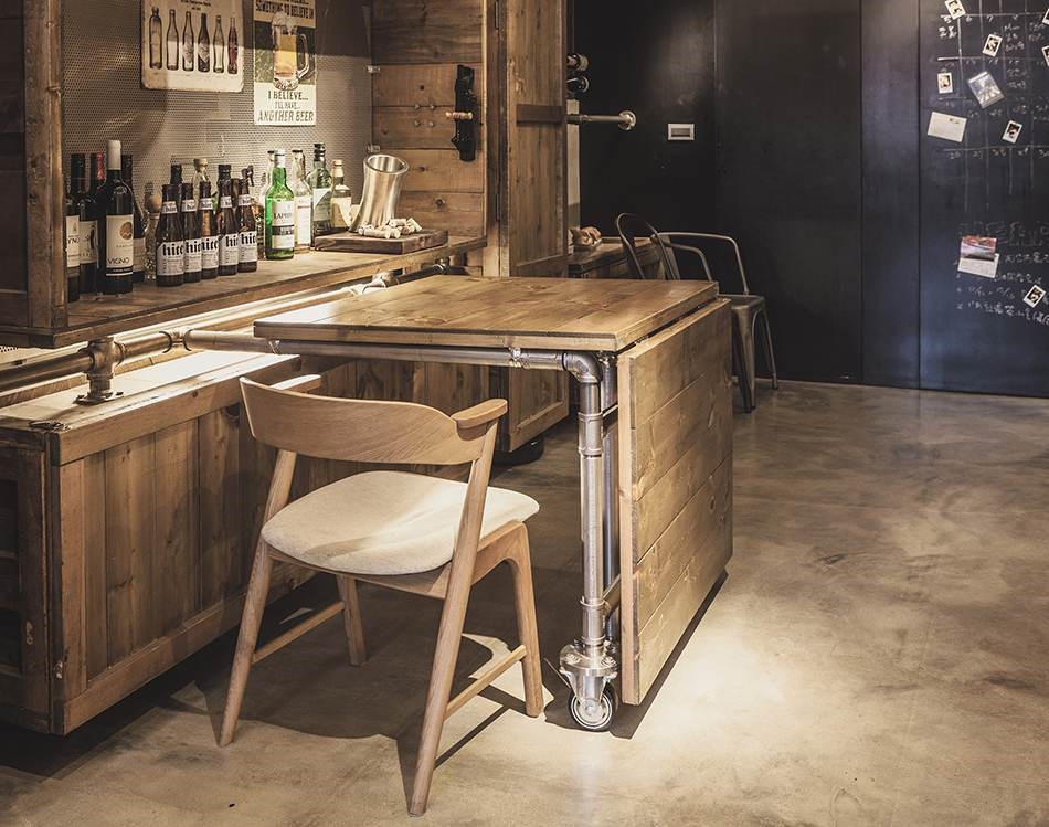 餐桌具備摺疊功能,可視情況、使用人數調整大小,解決此區寬度不足問題。