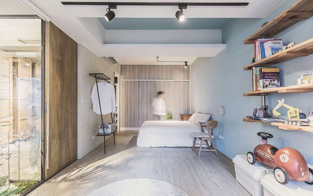 主臥房選擇輕淺色調搭配大量採光,營造明亮又舒適的睡寢空間,部分區域則規劃成小朋友遊戲區域方便屋主照看。