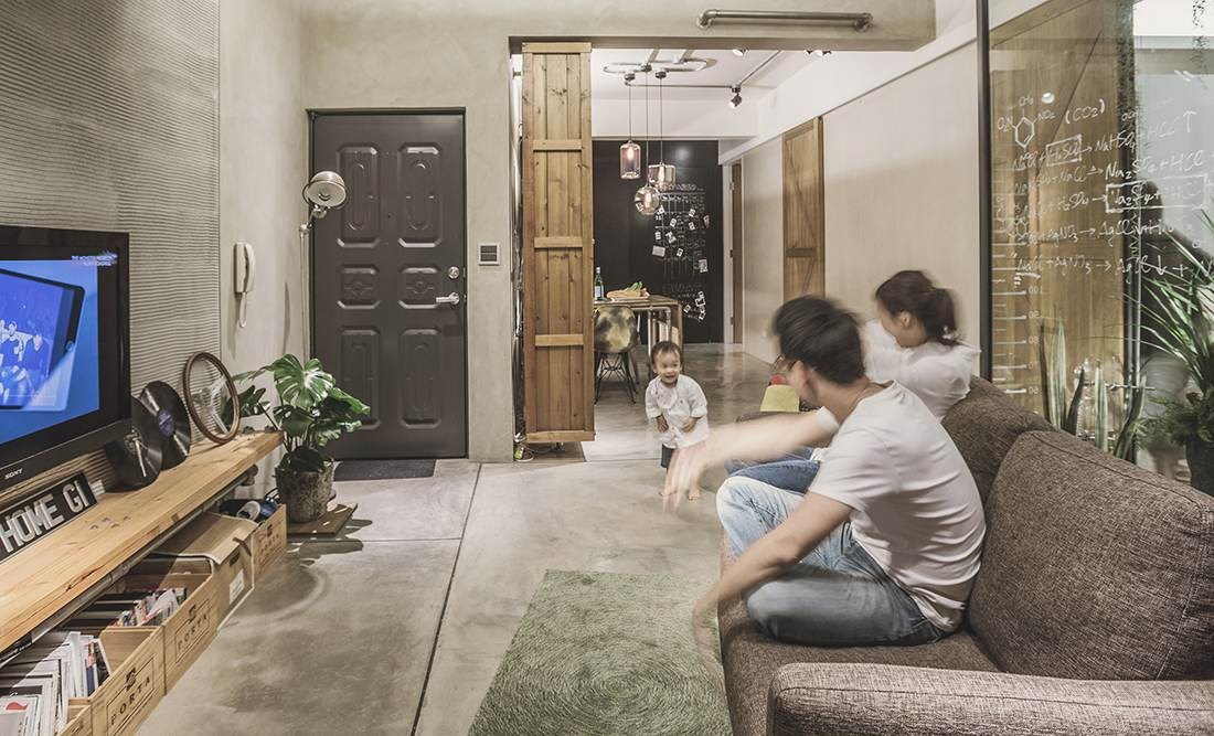 空間裡大量使用水泥粉光、回收舊木等質樸素材,捨棄多餘裝飾,讓生活和空間回歸單純、自然本質。