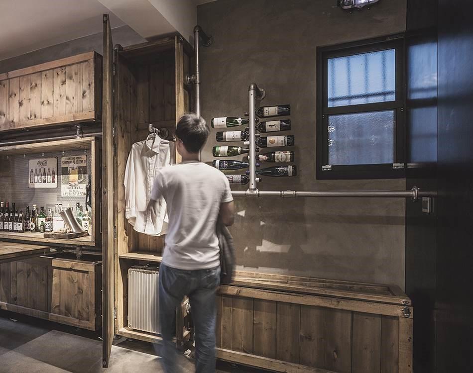 屋主有品酒習慣,因此利用水管設計成酒架,不只節省空間,有趣的收納設計,也巧妙形成空間裡的注目焦點。