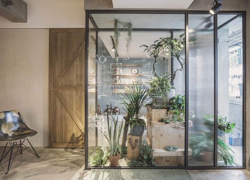 利用內凹設計將戶外空間延伸至室內,三面皆採用玻璃隔牆,不管在客廳、臥房還是餐廳,都能享受陽光綠意。