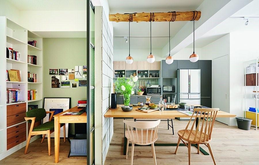 將原本不合理的書房尺度縮減並改為橫向結構,廚房得以延展檯面的長度,並發展出完善的電器櫃、冰箱與儲藏室,而餐廳也擁有配置六人用的餐桌格局。
