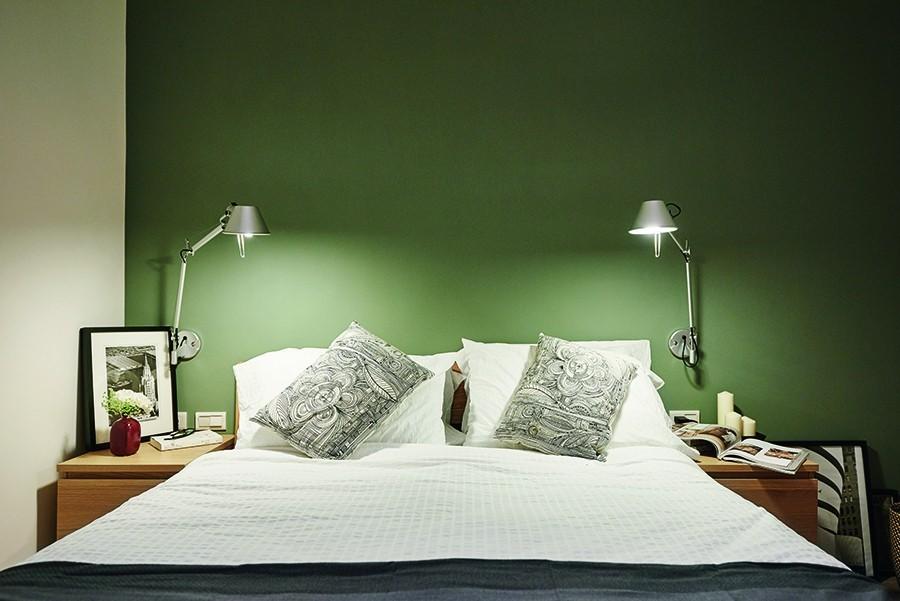 為給予屋主一個能真正放鬆的睡寢環境,主臥房沒有多餘繁複的設計或材質運用,只簡單選擇了穩重的綠色調,配上白色素雅的寢具,令人忘卻所有煩惱。
