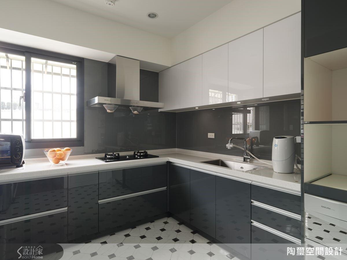 利用大小不一個黑白磚面組成十字縫隙,兼具止滑與美觀效果。