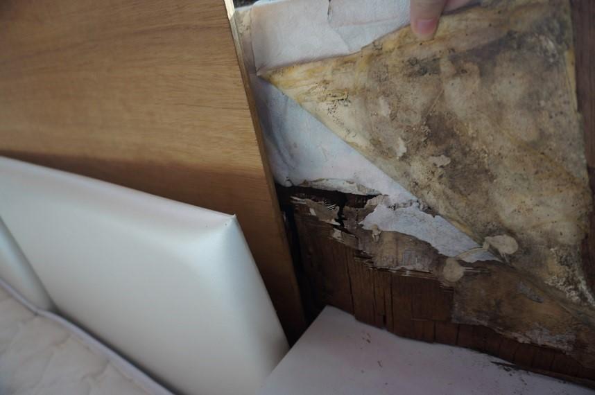 由於壁癌由外而內的侵蝕壁面,父母又堅持日日睡在床頭腐蝕嚴重的房間,讓育如設計師相當心疼。
