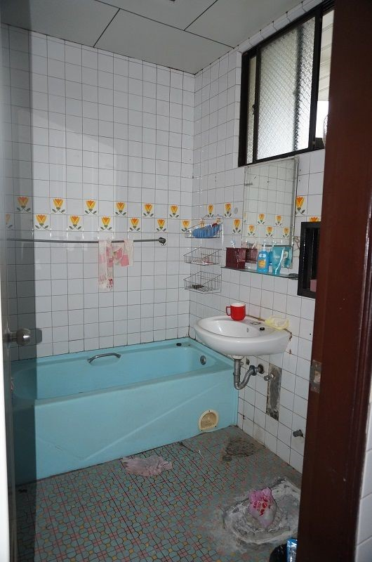洩水坡度不良導致唯一一間浴室排水出現問題,而位於長廊後方的浴室更不適合行動不便的父親。
