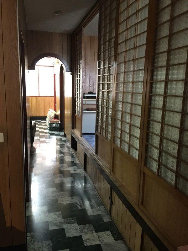 由客廳通往內部的走廊陰暗狹長,夾在曾遭蟻害的和室與次臥之間,成為光源的死角,也是育如設計師小時候晚上最怕經過的地方。