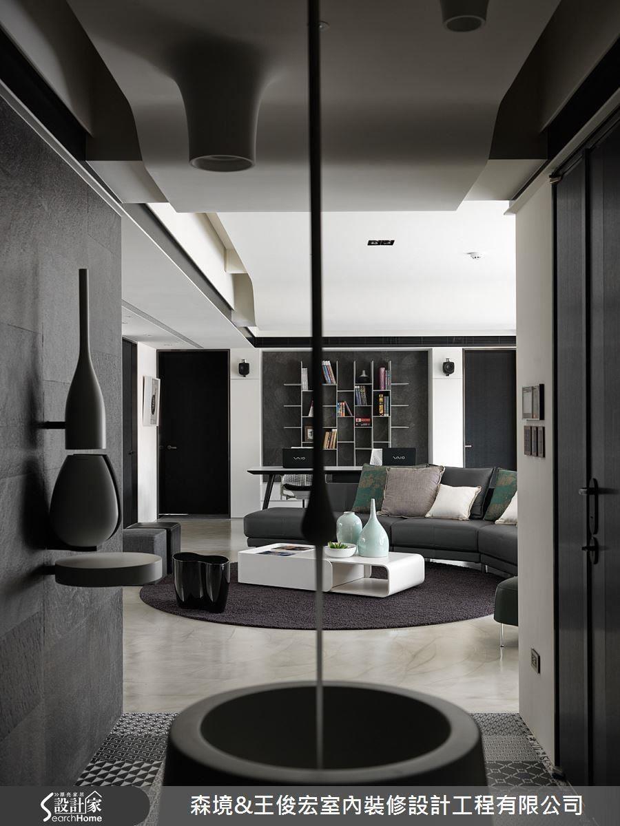 輕量化鐵件樓梯,改善新成屋扁平格局,讓視覺空間產生延伸感。