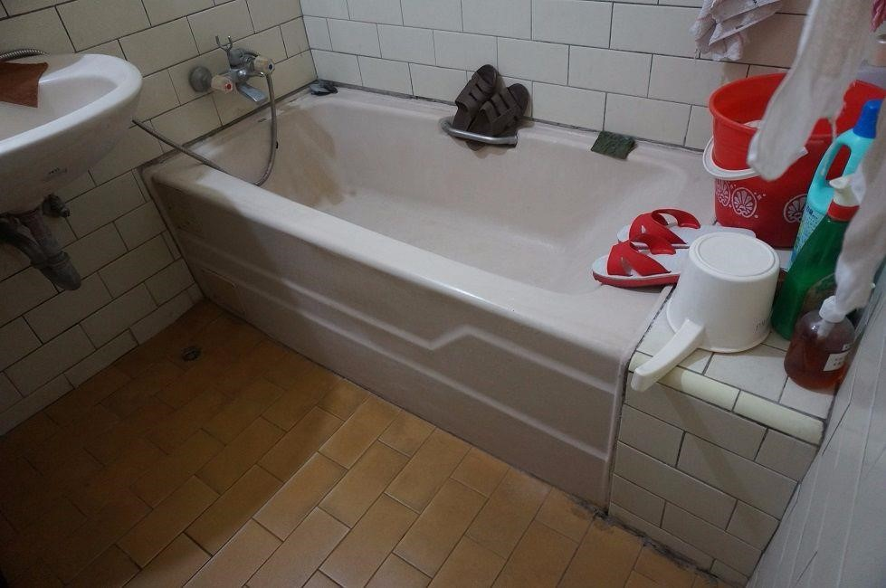 原先浴室的洩水波度不佳且磚面歪斜,推測應是水平垂直線測試階段已出現問題。