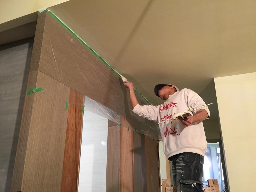 師傅仔細的在所有牆面與天花塗上米白色的批土,確保牆面的平整性,否則未來油漆後產生凹凸不平的牆面可就不好了。
