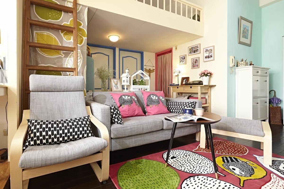 原本較雜亂的空間改以灰色沙發創造清爽視野,搭配色彩繽紛的軟件家飾,便有了活潑的美感。