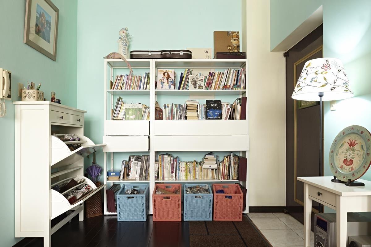 最容易雜亂的玄關區域,利用下拉式抽屜鞋櫃收納鞋子,再搭配層架組創造玄關端景,風格與機能都具備了!