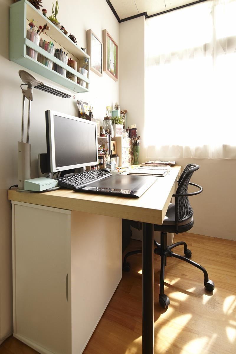 原本作為空間過道的轉角,放置書桌搭配活動抽屜櫃,就成了最輕鬆便利的開放式工作站!