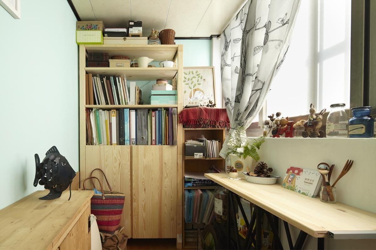狹窄的畸零空間不妨運用寬度較短的層板或長桌,延伸空間的使用效益,同時也能保留行走的流暢動線。