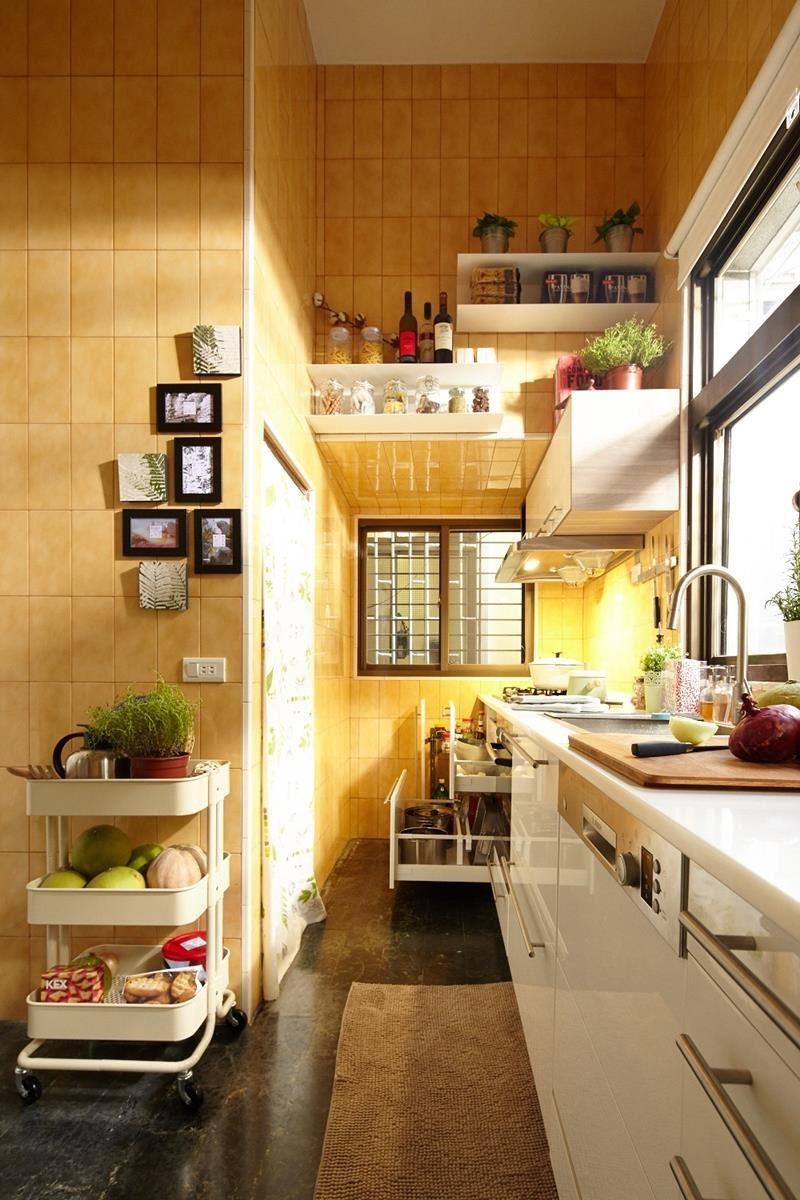 廚房裡有許多等待開發利用的角落,例如牆面就是!運用掛牆式層架收納較少使用的鍋具或調味料,讓空間可以化零為整。